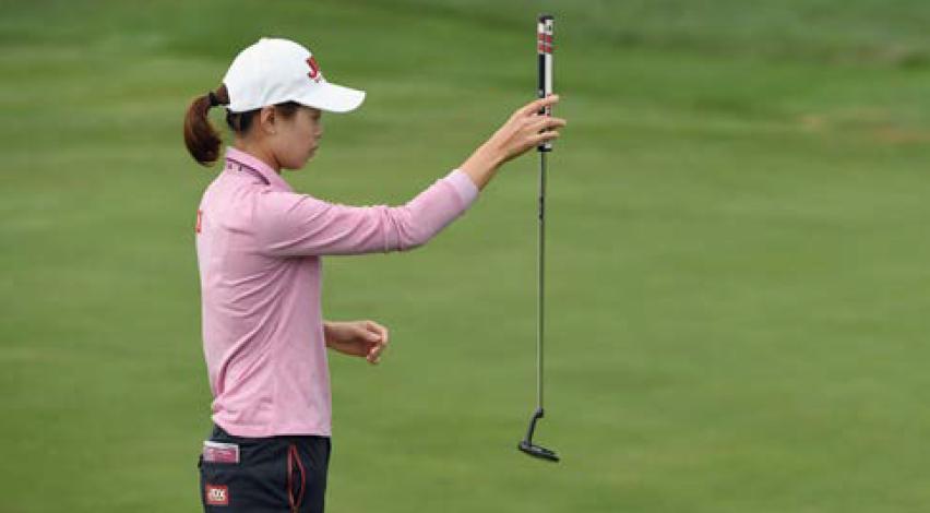 Le pendule pour la lecture verticale avec Sun Young Yoo. Le système AimPoint, basé sur la sensation de l'inclinaison de la pente et le nombre de doigts permettant de fixer le but de la ligne de putt, avec la russe Maria Verchenova.