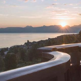 Le lever du soleil sur le Valais offre une lumière superbe depuis les terrasses de l'hôtel.