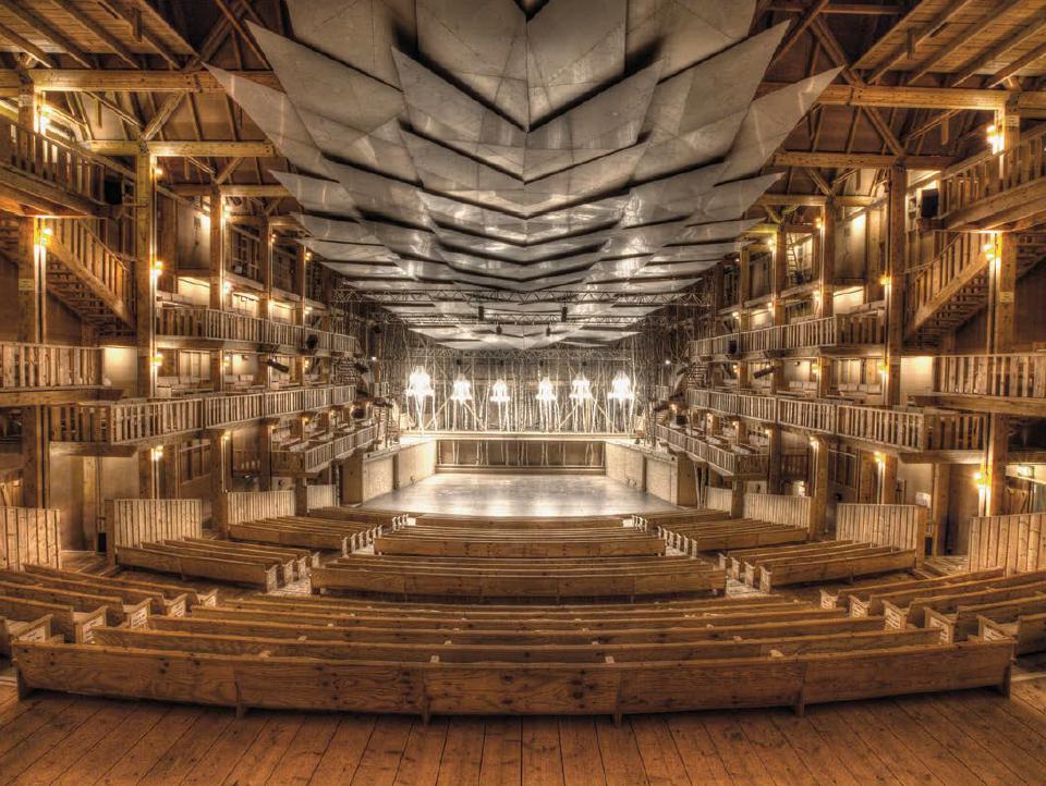L'auditorium unique de la Grange au Lac. Sa scène, entourée d'une haie de bouleaux, est éclairée par six magnifiques lustres en cristal de Bohème et de Muran.