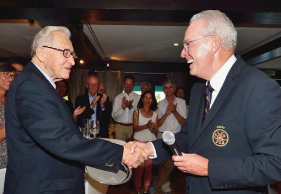 Le président de l'ASG/EGA, Jean-Marc Mommer, félicite Gaston Barras, l'inoxydable président du Golf Club Crans-sur-Sierre, que l'on ne présente plus, pour la 70e édition consécutive de l'Open de Suisse dans son club.